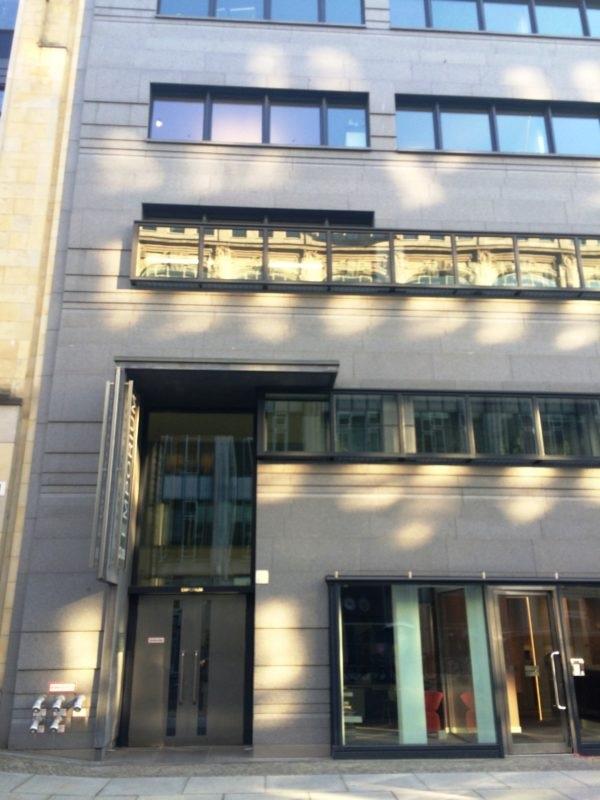Geschäftsstelle der Stiftung im Erdgeschoss des Bürohauses Mohrenstraße 34 am Gendarmenmarkt in Berlin-Mitte.
