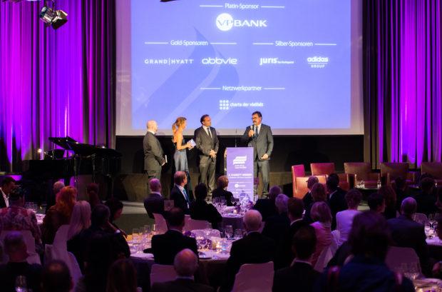 Sponsoreneinblendung während des 2. Charity Dinners am 4.9.2014 im Hotel GRAND HYATT Berlin