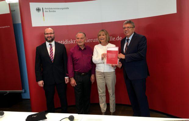 Jörg Litwinschuh (BMH), Zeitzeuge Heinz Schmitz, Christine Lüders (ADS) und Prof. Burgi bei der Vorstellung der Studie und des Archivs der anderen Erinnerungen in Berlin.