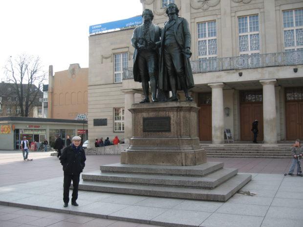 Rudolf Brazda am 21.03.2009 vor dem Deutschen Nationatheater in Weimar (Fotograf: Jean-Luc SCHWAB).